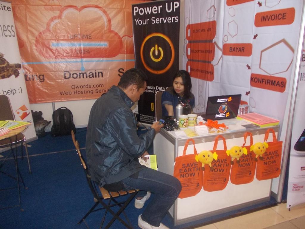 pelanggan di booth Bandung Electronic Show tahun 2013
