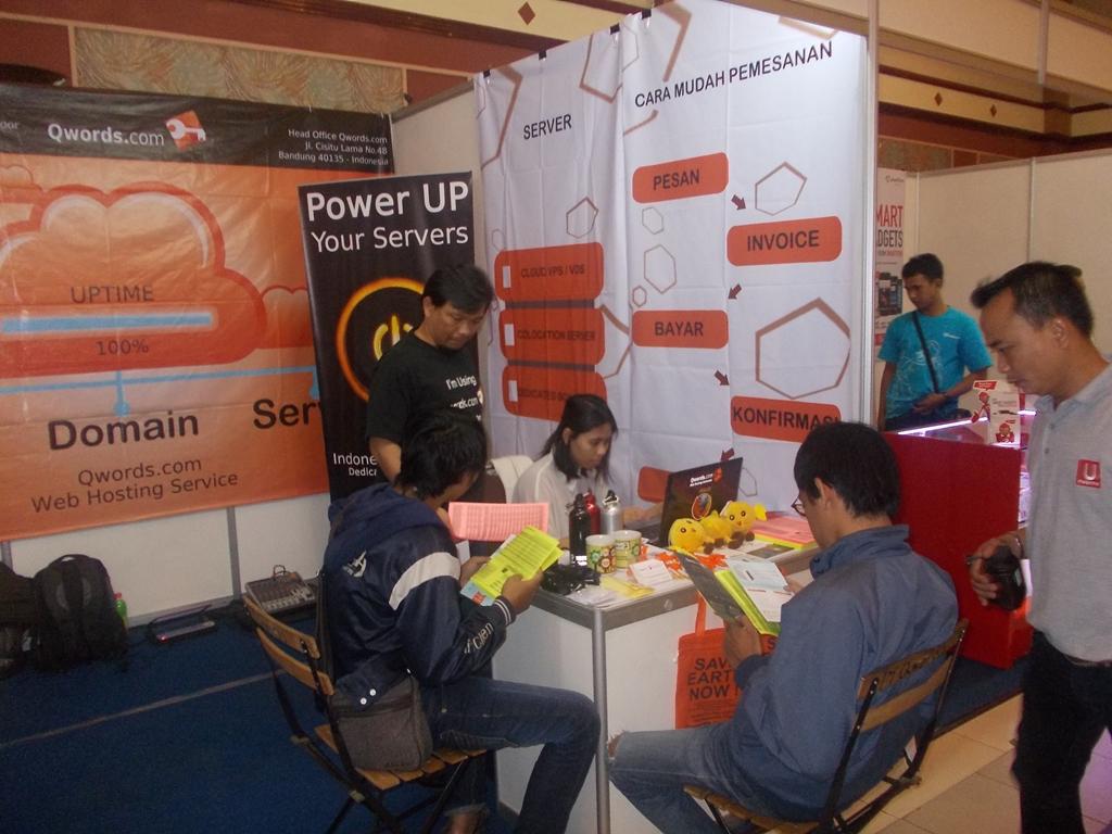 pembagian fllyer di booth Bandung Electronic Show2013
